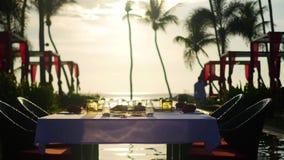 Härlig restaurang på stranden Ett romantiskt ställe för vänner Solnedgång stock video