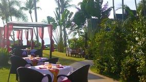 Härlig restaurang på stranden Ett romantiskt ställe för vänner Solnedgång Royaltyfri Foto
