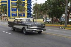 Härlig retro bil i Kuba Fotografering för Bildbyråer