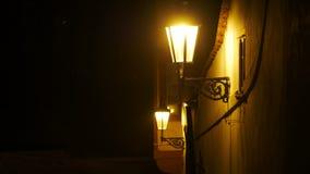 Härlig retro lykta i europeisk vintergata på natten Arkivbilder