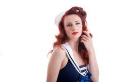 Härlig retro utvikningsflicka i en sjömanstilklänning Royaltyfria Bilder