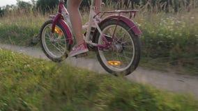 Härlig rider lilla flickan ungar cyklar, cyklar ungar arkivfilmer