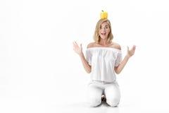 Härlig rolig blond kvinna i vit spansk peppar för blusinnehavguling Sunt banta och banta royaltyfri fotografi