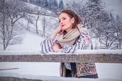 Härlig romanian flicka i traditionell dräkt royaltyfri foto