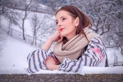 Härlig romanian flicka i traditionell dräkt Arkivfoton