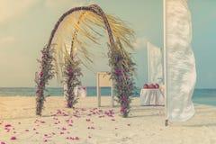 Härlig romantisk bröllopbåge på stranden royaltyfri fotografi