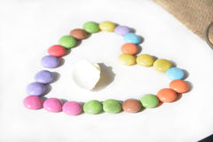 Härlig romantisk flerfärgad hjärta på en vit bakgrund Royaltyfri Foto