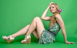 Härlig romantisk flickablondin i sommarklänning med orkidéblomman Arkivfoto