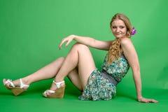 Härlig romantisk flickablondin i sommarklänning med orkidéblomman Royaltyfri Fotografi