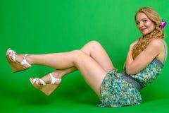 Härlig romantisk flickablondin i sommarklänning med orkidéblomman Arkivfoton