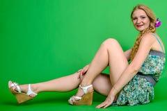 Härlig romantisk flickablondin i sommarklänning med orkidéblomman Royaltyfri Bild