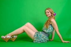Härlig romantisk flickablondin i sommarklänning med orkidéblomman Royaltyfri Foto