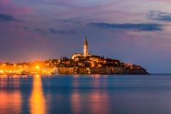 Härlig romantisk gammal stad av Rovinj efter den magiska solnedgången och månen på himlen, Istrian halvö, Kroatien, Europa Arkivfoto