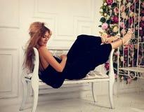 Härlig romantisk kvinna som ligger och poserar på bänken i fashio Arkivfoton