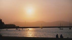 Härlig romantisk solnedgångpanorama av den dimmiga San Francisco pir, fartyg och turister med Golden gate bridge i bakgrund arkivfilmer