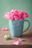 Härlig rosa rosbukett i vas Arkivbild