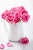 Härlig rosa rosbukett i vas Royaltyfria Bilder