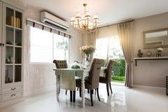Härlig ruminre med ädelträgolv och sikt av den nya luxen royaltyfri fotografi
