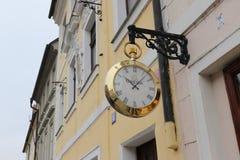 Härlig rund klocka på väggen av en byggnad i Prague royaltyfria bilder