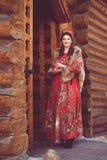 Härlig rysk flicka i nationell dräkt arkivfoto