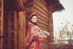Härlig rysk flicka i nationell dräkt arkivbild