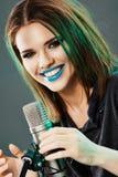 Härlig sångare för ung kvinna teen emotionell flicka Arkivfoto