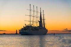 Härlig sailship som går till solnedgången Arkivfoton