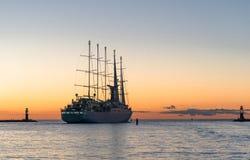 Härlig sailship som går till solnedgången Fotografering för Bildbyråer