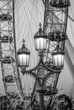 Härlig sammansättning av det London ögat och Westminster överbryggar gatalyktor - LONDON - STORBRITANNIEN - SEPTEMBER 19, 2016 Arkivbild