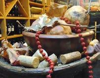 Härlig sammansättning av granatäpplen, röda pärlor och vinkorkar royaltyfri fotografi