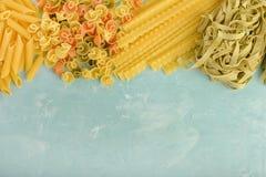 Härlig sammansättning av pasta med utrymme för text Penne Mafalde, tagliatelle, spagetti som ut överst läggas av en blått arkivbilder