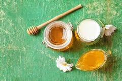 Härlig sammansättning med mjölkar och honung Arkivfoto