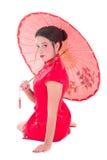 Härlig sammanträdeflicka i röd japansk klänning med paraplyisola Arkivfoton