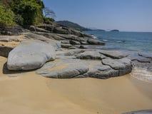 Härlig sand- och stenstrand i Myanmar Fotografering för Bildbyråer