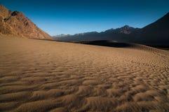 Härlig sanddyn och lagerberg i den Nubra dalen royaltyfria foton