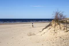 Härlig sandig havsstrand I Carnikava Lettland Arkivfoto