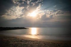Härlig sandig scenisk strand i solnedgång, med den steniga vågbrytaren i lång exponering i basque land, Frankrike, idérik bakgrun arkivbilder