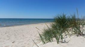 Härlig sandig strand med klart blått vatten och blå himmel, ö av Bornholm i Danmark Royaltyfri Foto