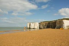 Härlig sandig strand med vita klippor i Kent Arkivfoton