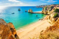Härlig sandig strand nära Lagos i Panta da Piedade, Algarve, Portugal Royaltyfri Bild