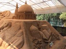Härlig sandskulptur som visar islamisk arkitektur, på Mysore Arkivbilder