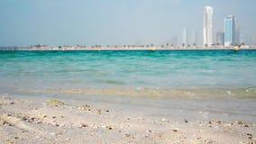 Härlig sandstrand och hav i Dubaien stock video