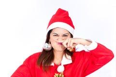 Härlig Santa Claus för ung kvinna som hatt är allerygy på hennes näsa Royaltyfri Foto