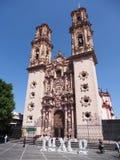 Härlig Santa Prisca domkyrkakyrka i kolonial spansk barock stil på det Taxco centret i Mexico - lodlinje fotografering för bildbyråer