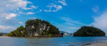 Härlig scenisk kalkstenö i Krabi, Nopparat Thara strand Thailand Royaltyfri Fotografi
