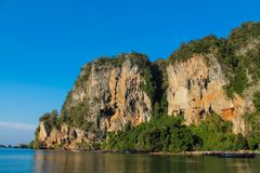 Härlig scenisk kalkstenö i Krabi, Thailand Royaltyfri Bild