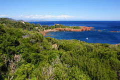 Härlig scenisk kustlinje på den franska Rivieraen nära Cannes, Fr Arkivbilder