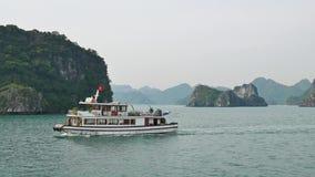 Härlig scenisk sikt av kryssningarna i den Halong fjärden, Vietnam stock video
