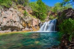 Härlig scenisk vattenfall Arkivbild