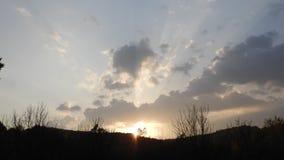 Härlig schackningsperiod för solnedgångmolntid, höstsäsong med solljus som kommer till och med molnen stock video